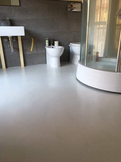 Pavimento bagno e vasca in resina parete luminosa - Resina in bagno ...