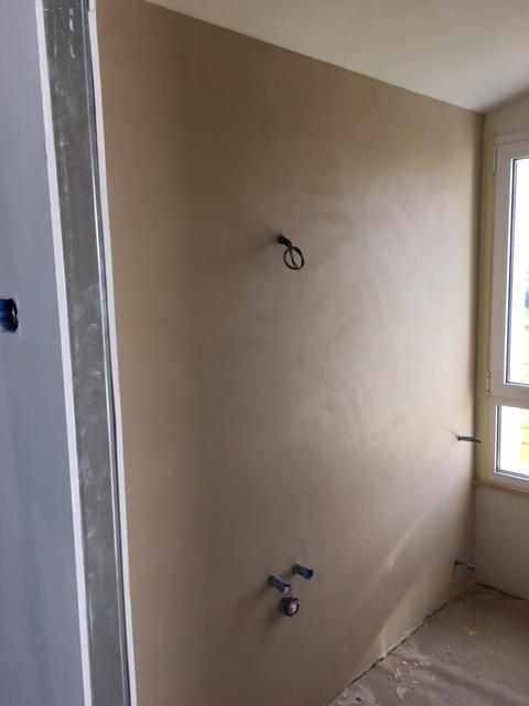 Pavimento bagno e vasca in resina, parete luminosa