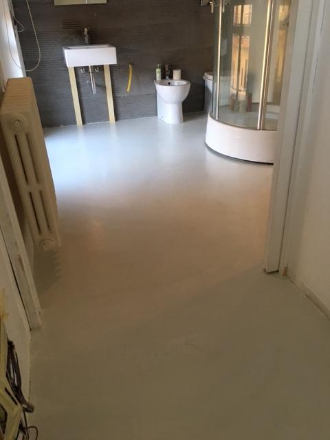 Pavimento bagno e vasca in resina parete luminosa - Pavimento bagno resina ...