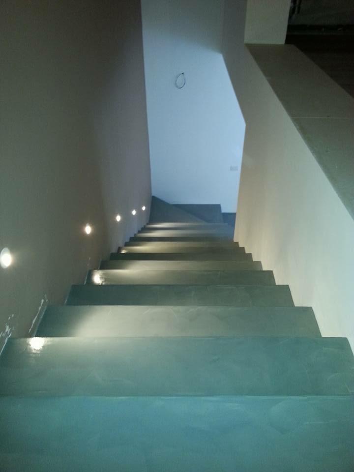 Pavimento in resina bordo piscina e pareti decorative - Scala decorativa ...